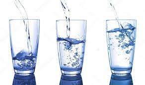 vatten i flera glas